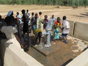 水を飲む生徒たち