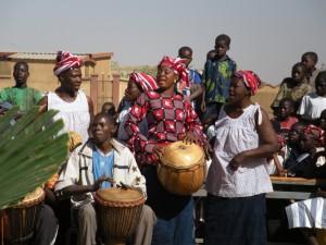 女性グループによる合奏と歌